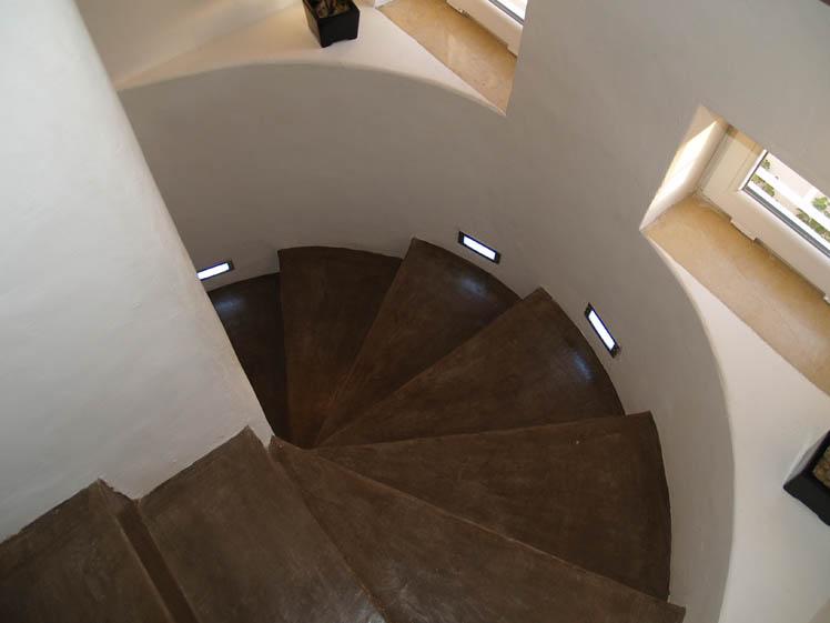 béton ciré sur escalier réalise par l'architecte moufida chihaoui