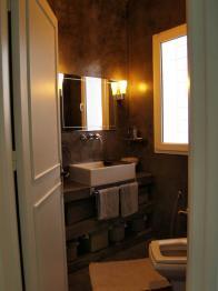 béton ciré dans une salle de bain réalisé par l'architecte moufida chihaoui